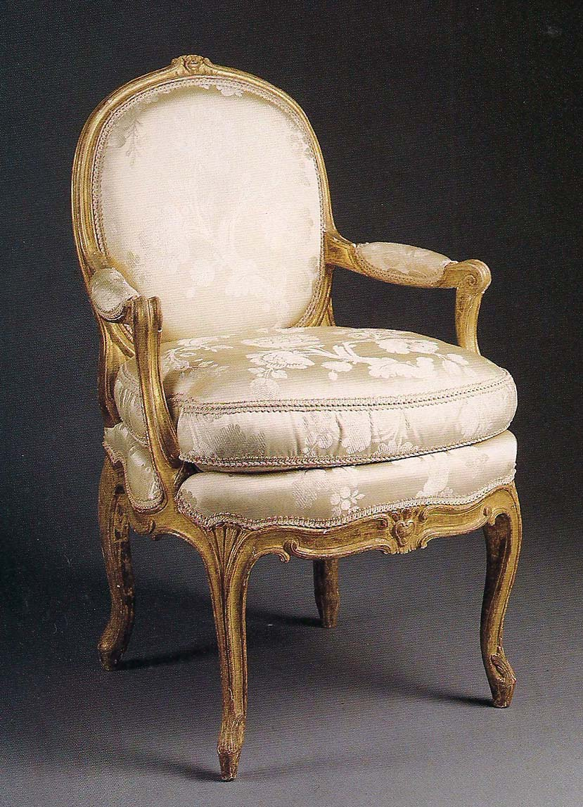 The devoted classicist the furnishings mr mrs charles allen jr for Model fauteuille salon louis14