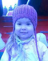 Весенняя шапка крючком для девочки