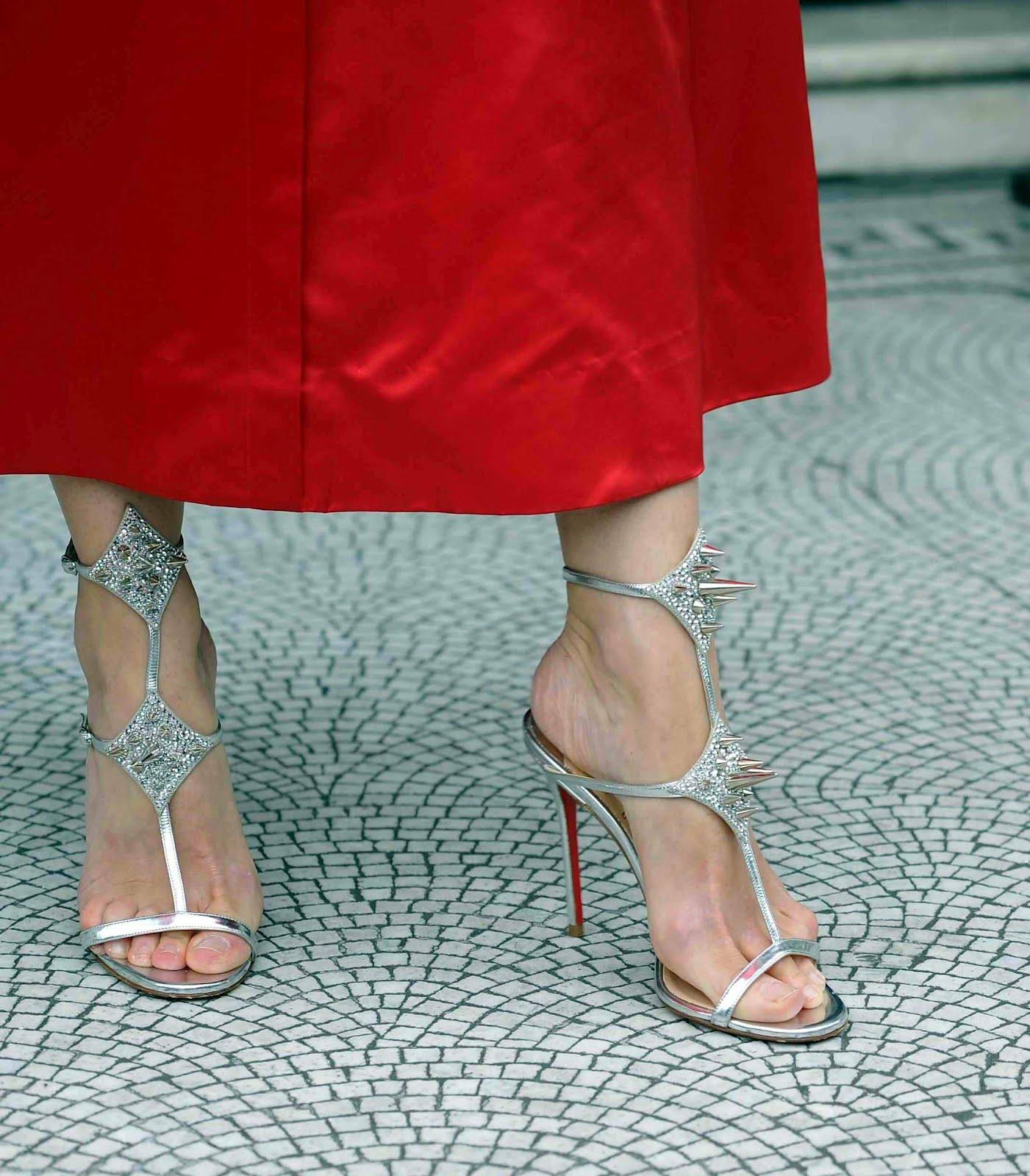 http://3.bp.blogspot.com/-XTiPir4CevU/UBA_PoIyGmI/AAAAAAAAAIg/8qy0ZWOLcnE/s1600/Gillian_Anderson_Feet_002.jpg