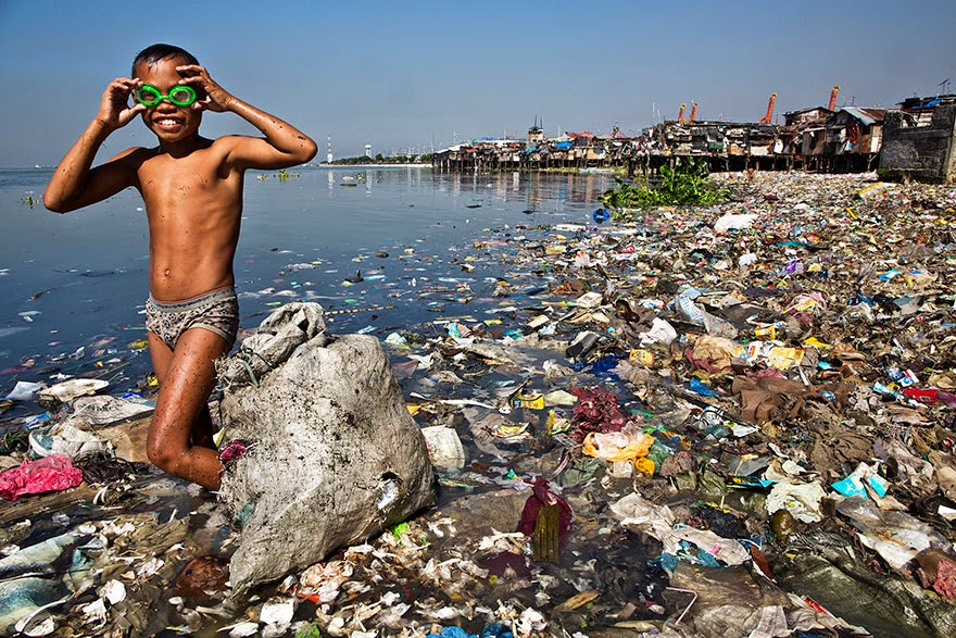 #9 He Spends Each Morning Looking For Recyclable Plastic That He Can Sell For 35 Cents Per Kilo To Help His Family - 22 Heartbreaking Photos Of Pollution That Will Inspire You To Recycle
