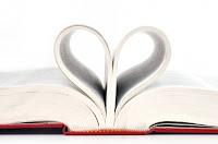 libro con las hojas formando un corazón