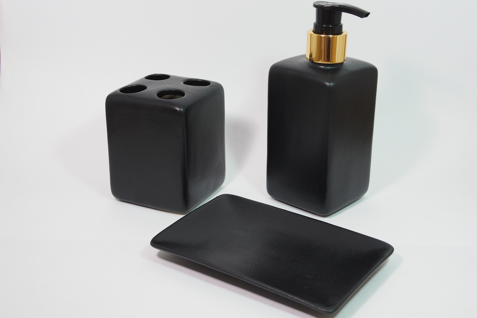 Beautiful Black and Gold Bathroom Soap Dispenser 1600 x 1067 · 85 kB · jpeg
