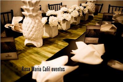 mesa preta, cadeira paris preta, centro mesa flores brancas, abacaxi porcelana, porta guardanapo