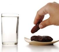 """Enes b. Mâlik (r.a.)'den rivâyete göre, şöyle demiştir: Rasûlullah (s.a.v.) şöyle buyurdu:  """"Hurma bulabilen hurma ile orucunu açsın hurma bulamayan da su ile iftar etsin. Çünkü su temizdir."""""""