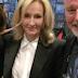 J.K. Rowling comparece à premiação do Crime Writers Association pela indicação de O Bicho-da-Seda