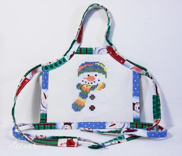 Вышивка снеговиков для фартуков на бутылку
