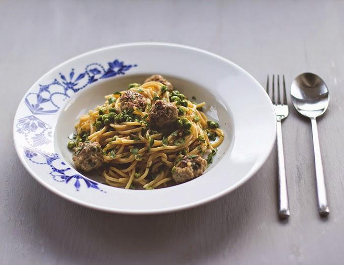Pastagericht: Spaghetti mit Fleischbällchen aus Schweinemett, Erbsen und Sahne auf einem Teller