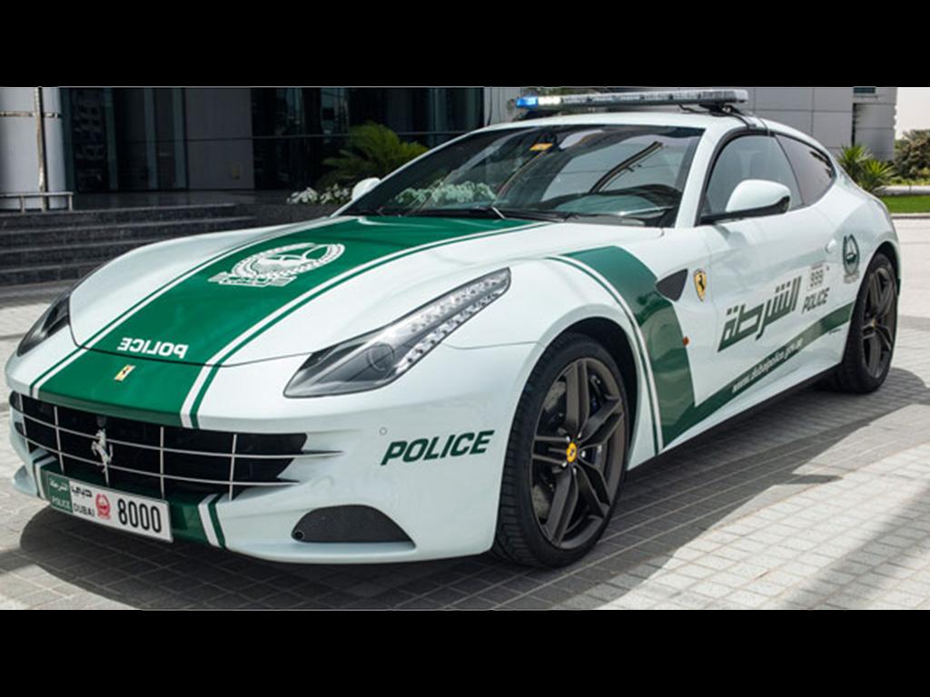 auto Ferrari FF vira viatura em Dubai