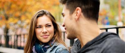 No les ha pasado que cuando salen a conversar con sus amistades, todo el mundo está pendiente de revisar sus teléfonos inteligentes y nadie le presta atención a la conversación. Esto se debe a que los smartphones, han acabado con la educación. Un reciente estudio publicado por Qualified Impressions, arrojó que en una conversación de adultos, los involucrados mantienen contacto ocular entre el 30 y 60% de la conversación y el resto del tiempo miran el teléfono móvil a fin de verificar si han recibido alguna notificación. El estudio también concluyó que se mira menos a la otra persona cuando