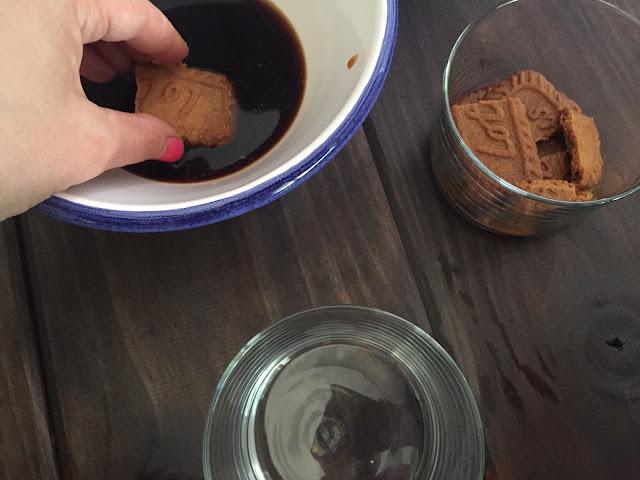 Tiramisú de cerezas. Mojando las galletas en el café.
