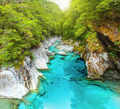 Las piscinas azules en Paso de Haast en Nueva Zelanda