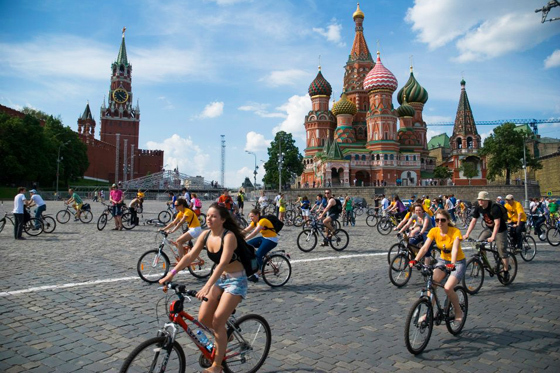 Много велосипедов в Москве рядом с Кремлем