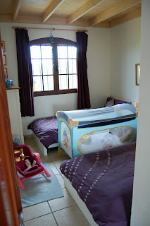 Twin bedroom (with cot in place)