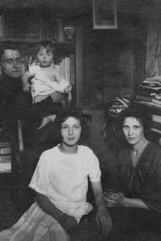 Víctor Serge, con su hijo Vladímir; su esposa, Liuba, y su cuñada Esther (de blanco) en Petrogrado,