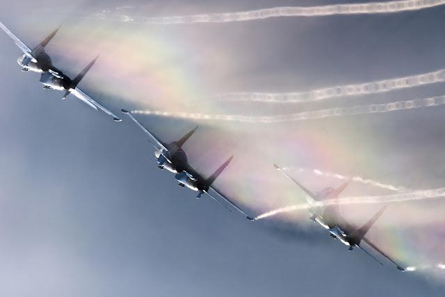 Su-27 Flanker formation vapor