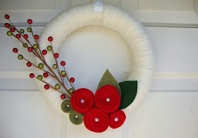http://www.etsy.com/pt/listing/111170469/yarn-wreath-red-roses-front-door?ref=related-0