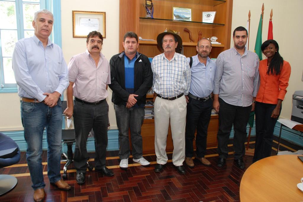 Prefeito Arlei entre os prefeitos das cidades que integram o Consórcio Serrana I, o Superintendente de Políticas de Saneamento da SEA, e membros da diretoria executiva