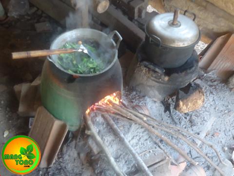 Tumis kangkung masih dimasak pakai tungku hawu, kayu bakar....