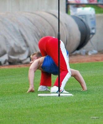 Un hombre super flexible 28