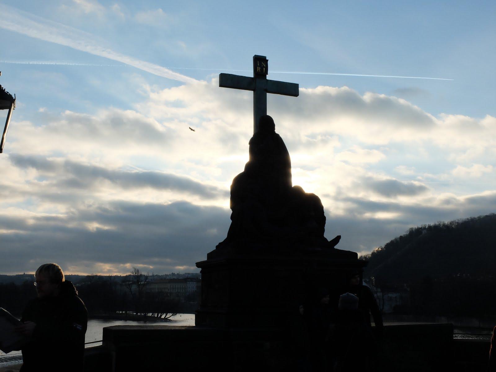 Die Karlsbrücke in Prag bei Sonnenanufgang