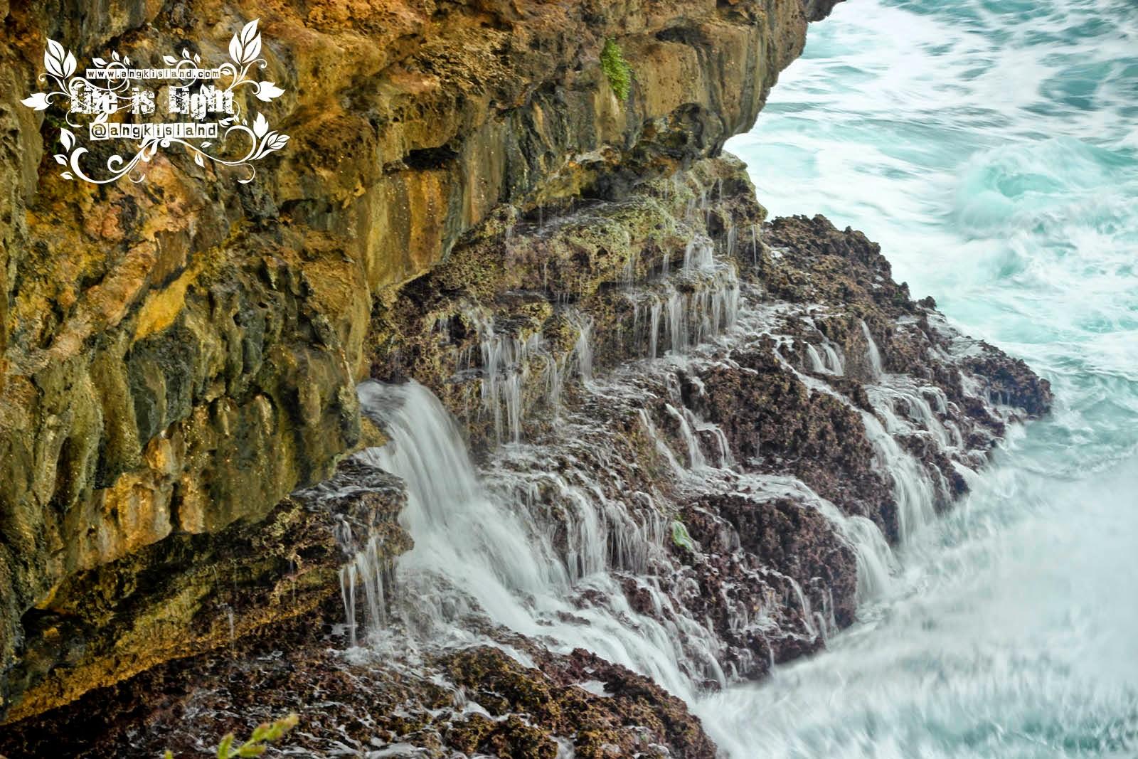 deburan ombak laut timang