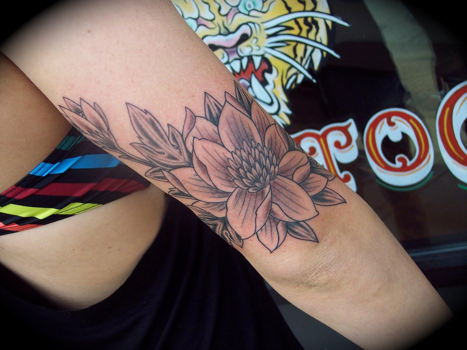 http://3.bp.blogspot.com/-X_ZitVwhAnc/Tcs5BjbOshI/AAAAAAAAATo/orHlgh1310g/s1600/flowertattoo.JPG