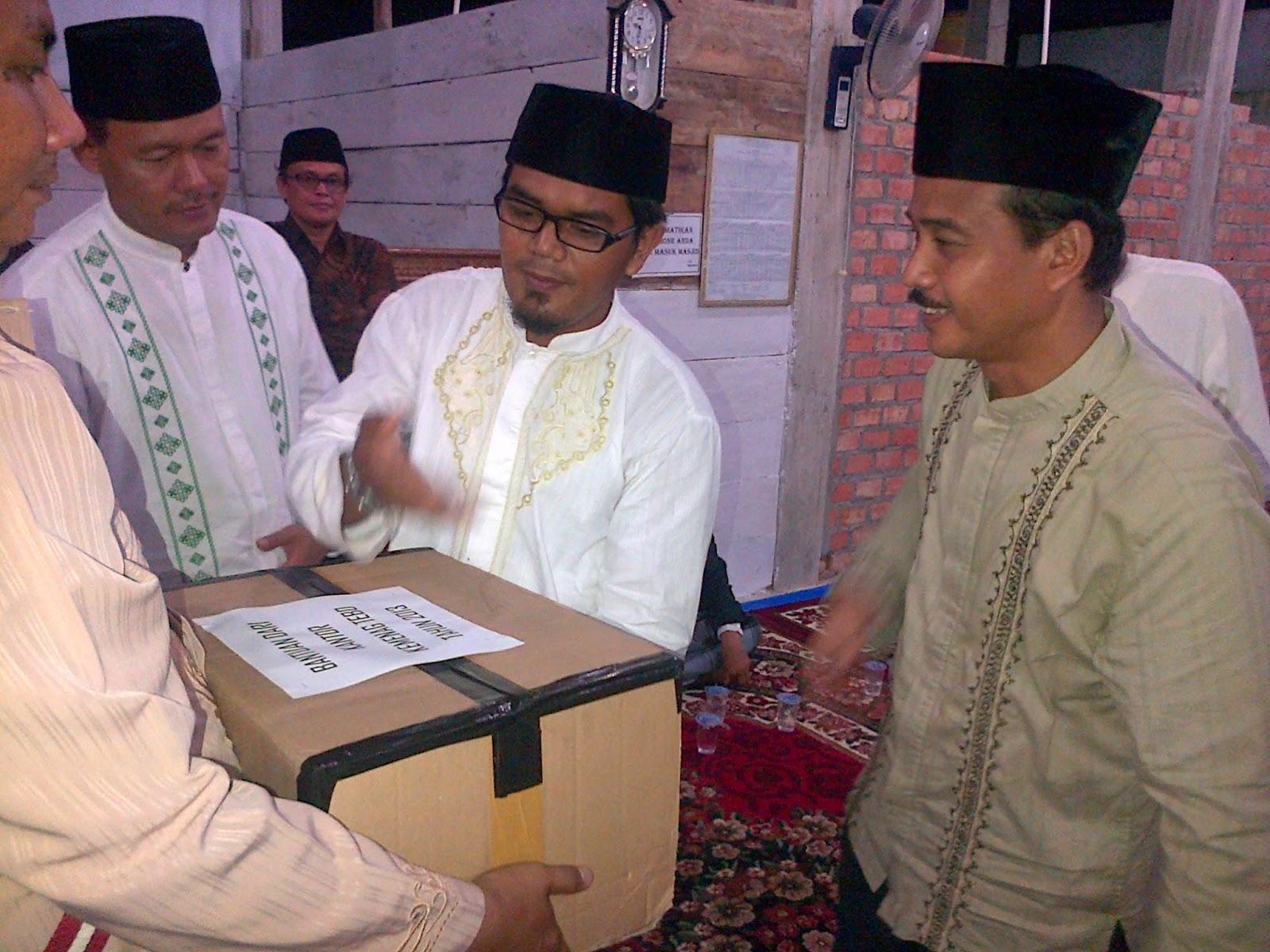 Tebo (kemenag)Kemnag dan bupati tebo serah bantuan Al-Qur'an kesalah satu masjid di Desa Bangun Seranten