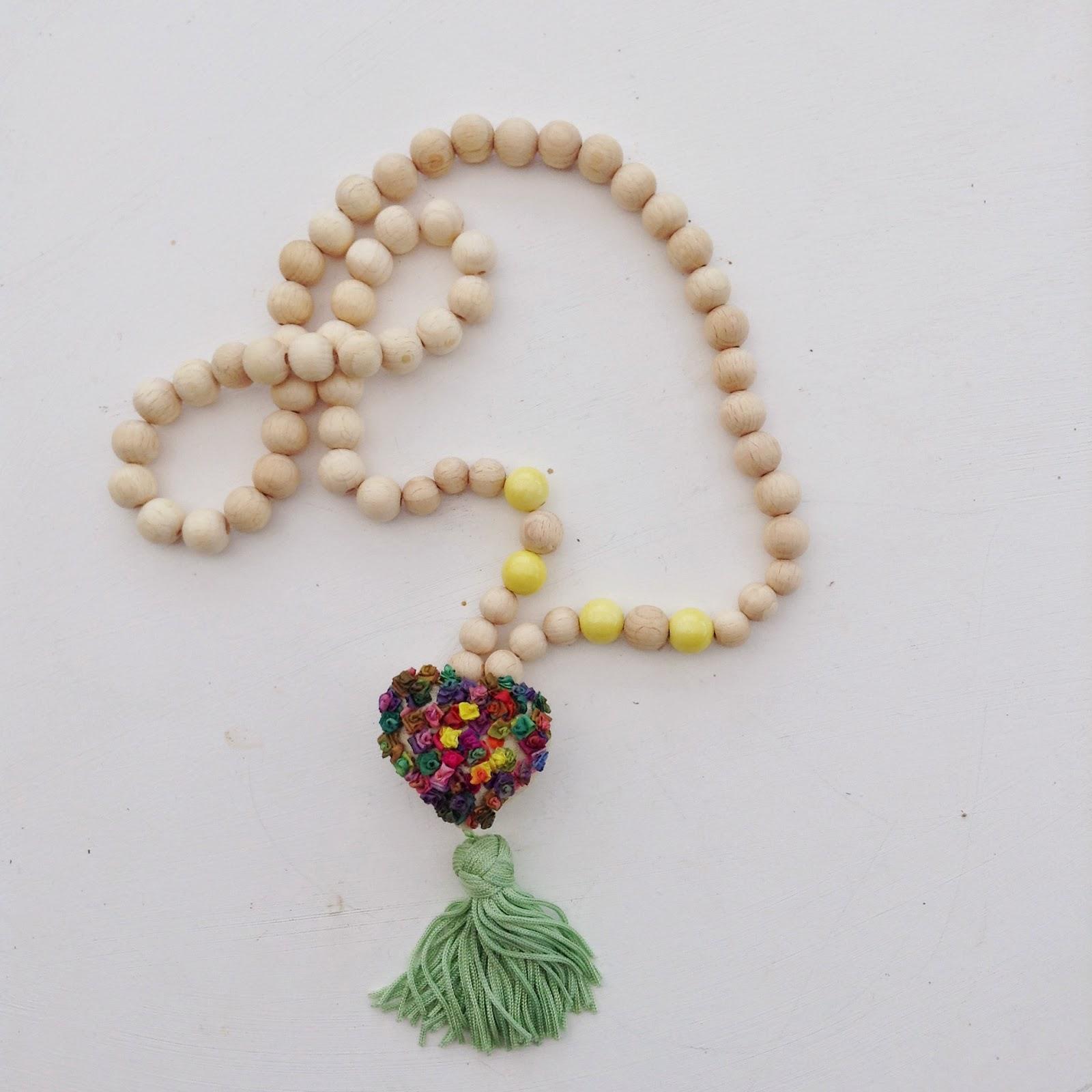 DIY collier perles de bois et coeur brodé au ruban de soie