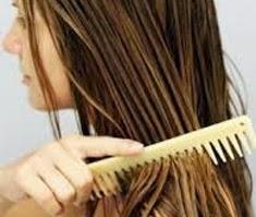 El peine de puntas anchas para peinar el pelo humedo