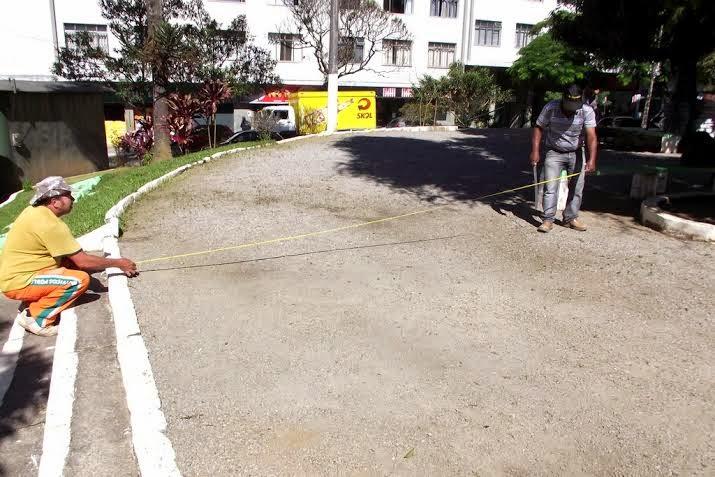 Funcionários da Prefeitura fazem a marcação dos pontos onde será construída a base para colocação dos aparelhos