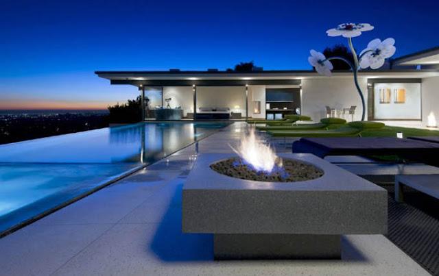 Стильный дом с бассейном