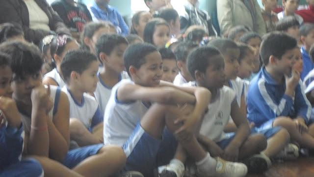 Crianças assistindo o Festival Brasil Fest In Folk