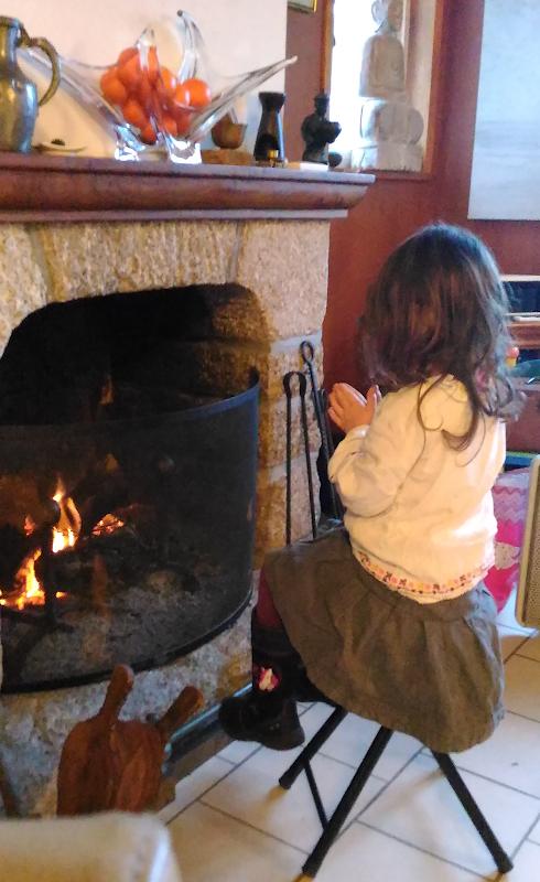 se réchauffer près du feu