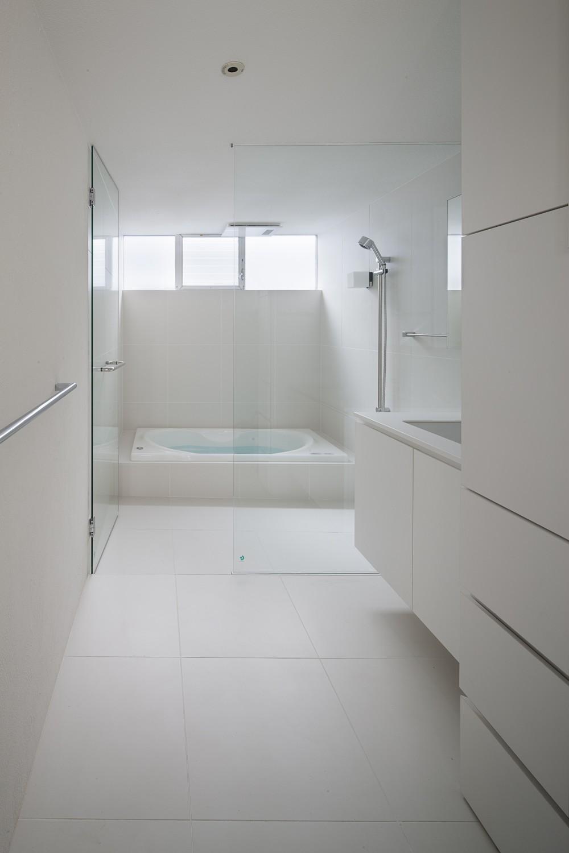 Baño Blanco Suelo Madera:ilia estudio interiorismo: Vivienda donde madera y blanco nuevamente