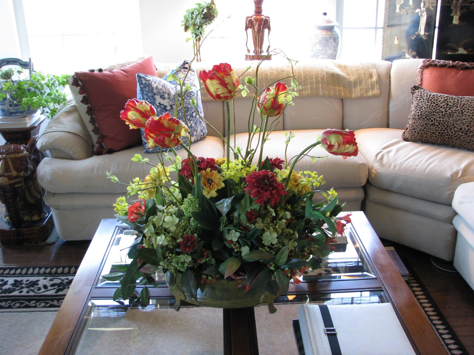 Great floral arrangement on coffee table great - Living room flower decorations ...