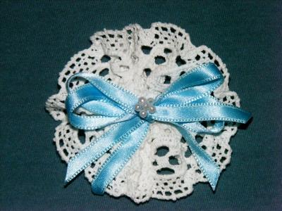 brosa handmade croset alba fundita bleu asortabila