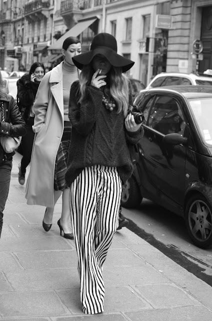 look sugestivo de calças às riscas com chapéu de abas