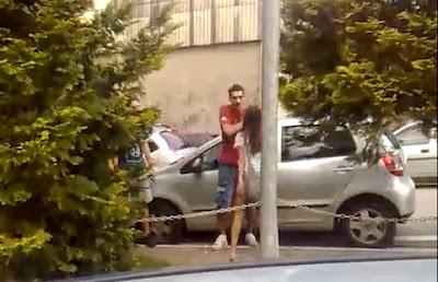 Mulher agride o namorado e risca-lhe o carro
