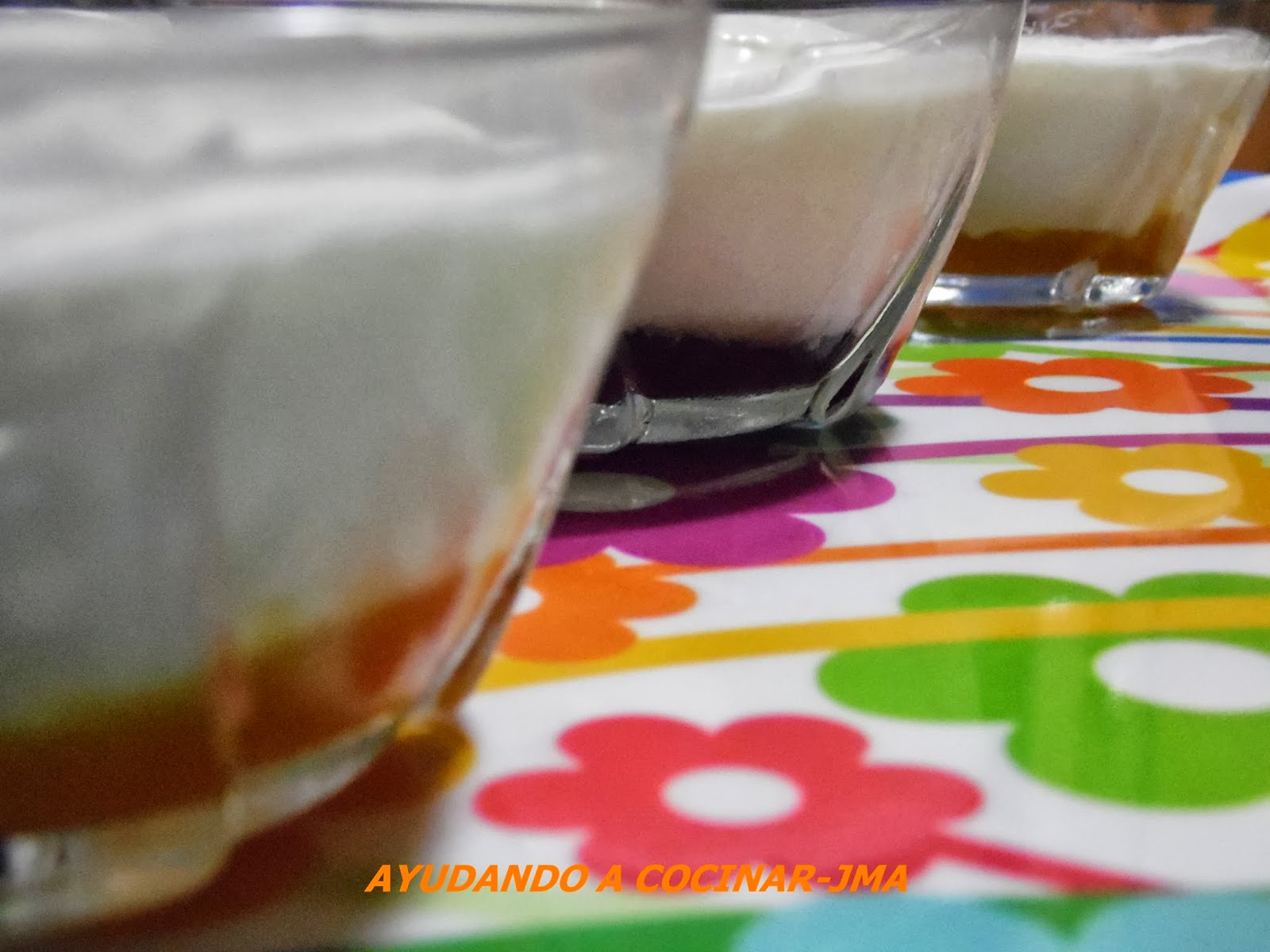 Ayudando a cocinar mousse de yogurt griego con mermelada - Como hacer mousse de yogurt ...