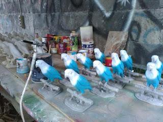 pengrajin patung burung fiber