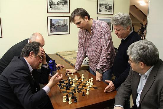 Boris Gelfand analyse avec Ivan Bukavshin sous le regard de Mark Dvoretsky