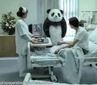 """Comercial """"Nunca diga não ao panda"""" (Never say no to Panda). Humor de 2010."""