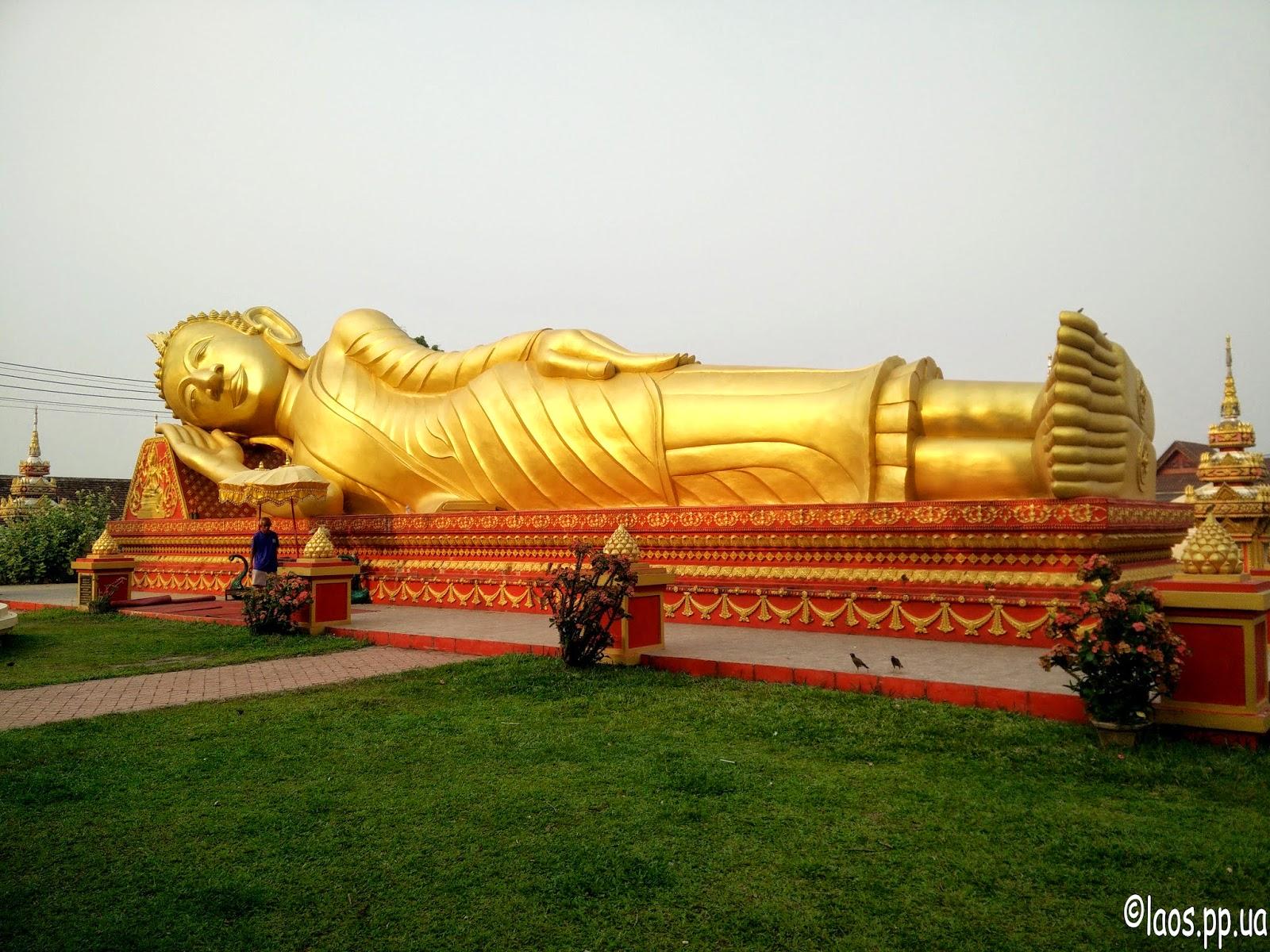 Лежачий Будда в Лаосе