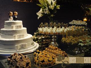bolo branco, bonecos estilo matrioka, mesa tampo vidro e doce