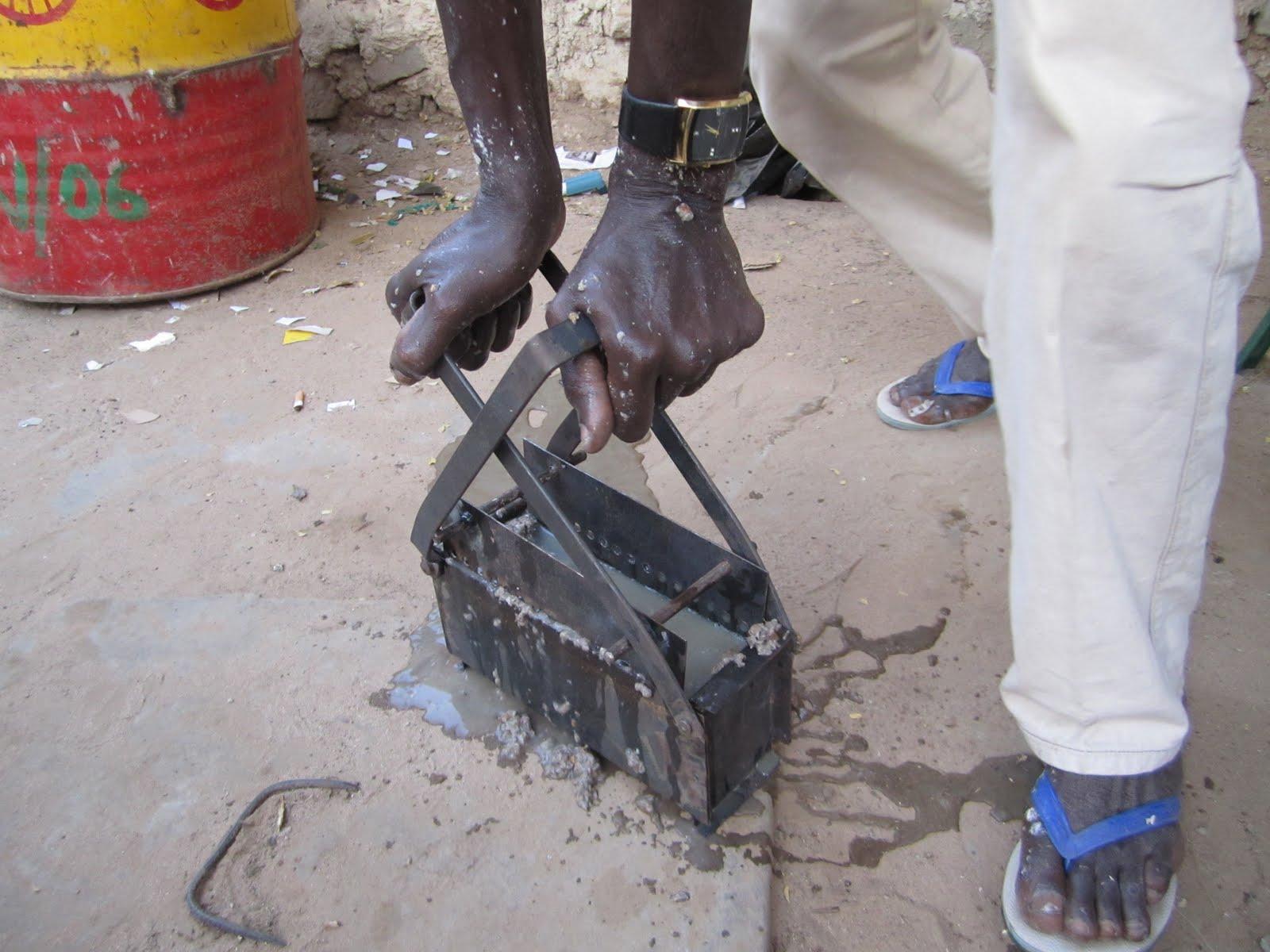 Африка. Переработка мусора в брикеты для печи. bumazhnyie briketyi