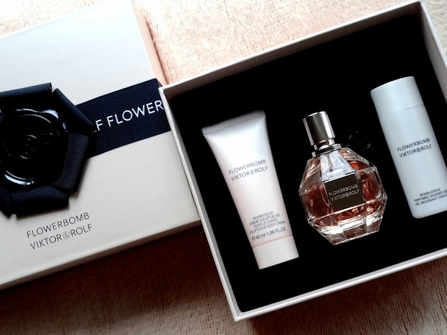 Viktor & Rolf Flowerbomb Gift Set Eau de Parfum, Bomblicious Voluptous Body Cream and Perfumed Shower Gel