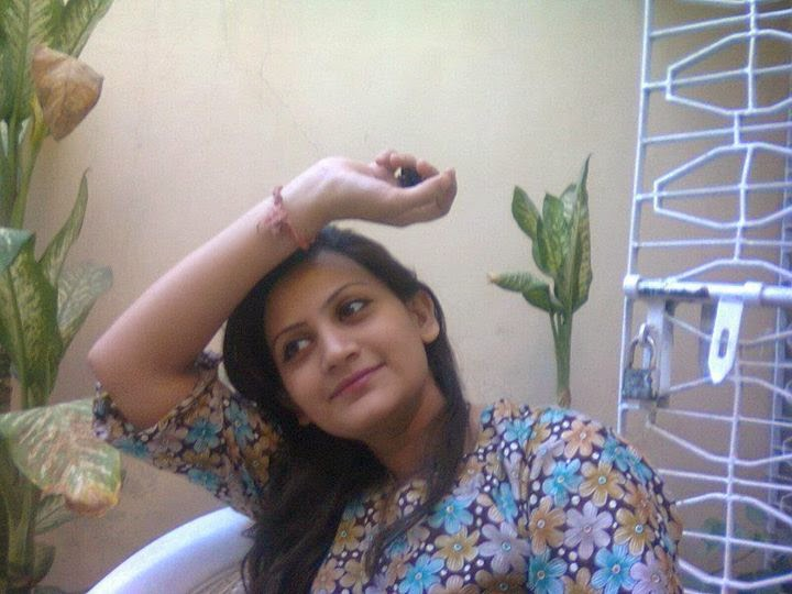 Pakistani Desi Beautiful Hot Housewife On Home Photos