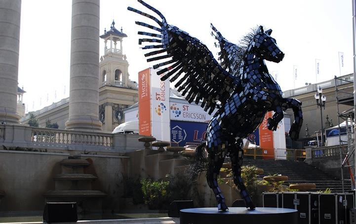 تمثال مصنوع من 3500 هاتف محمول.. Pegasus3.jpg