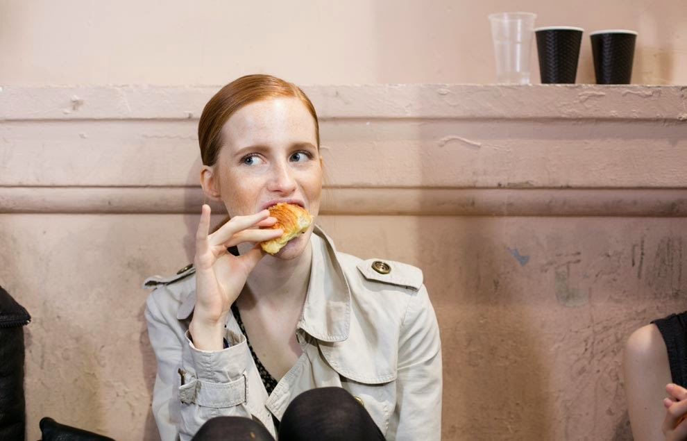 models-eating_paris_fashion_week
