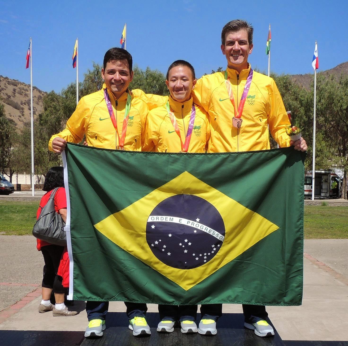 Leonardo Moreira, Felipe Wu e Cassio Rippel comemoram juntos suas conquistas nos Jogos Sul-Americanos de Santiago - Foto: Divulgação/ CBTE